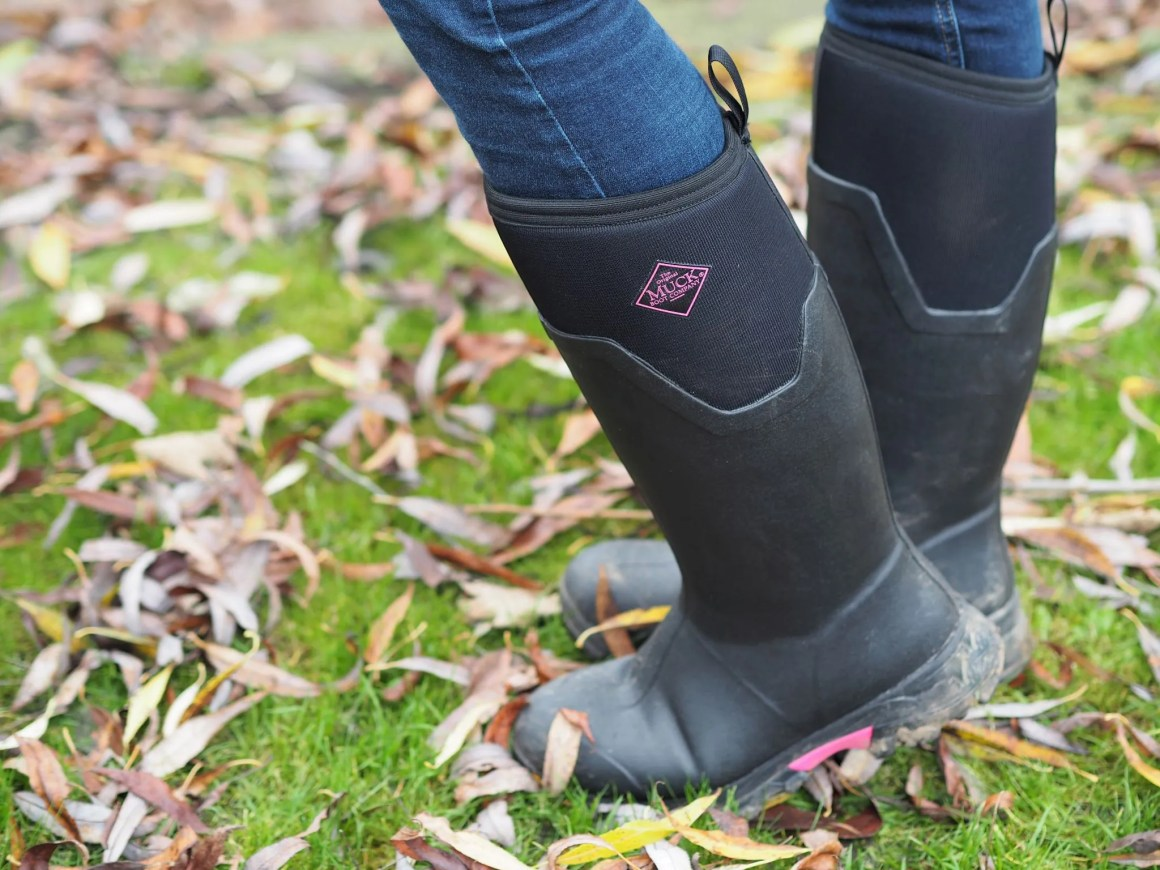 Clack muck boots with pink trim