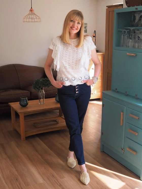 jeans-broderie-anglaise-blouse-flat raffia-mules