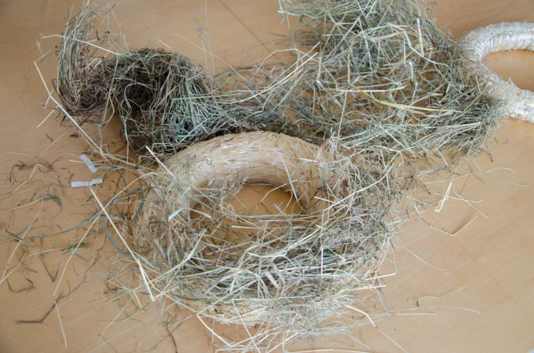 Step 2: We take some hay and place it where we want it to be and we make sure to cover the complete wreath.