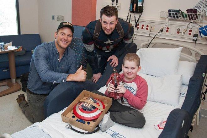 Chris-Pratt-Chris-Evans-Seattle-Children-Hospital (2)