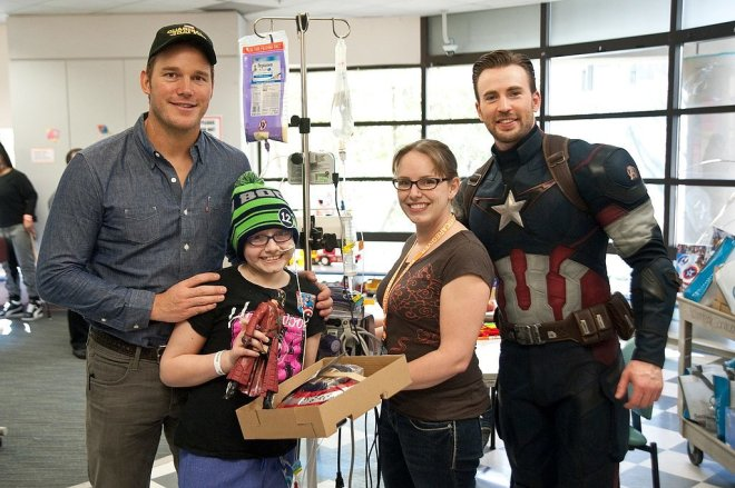 Chris-Pratt-Chris-Evans-Seattle-Children-Hospital (3)