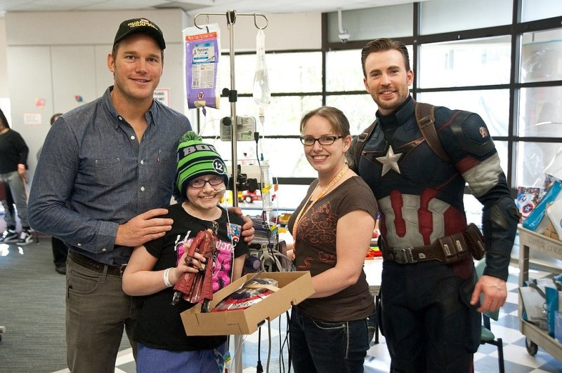 Chris-Pratt-Chris-Evans-Seattle-Children-Hospital (3)