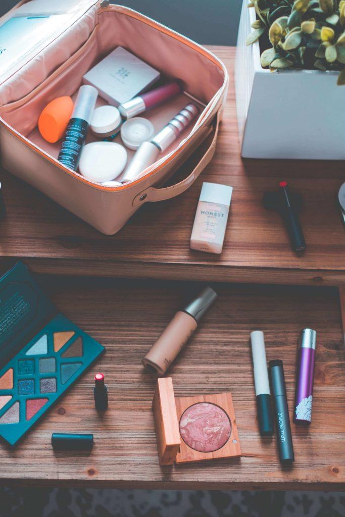 Summer Makeup - What's In My Clean Makeup Bag #whatsavvysaid #antonym #summermakeup #cleanmakeup #nontoxicbeauty #aetherbeauty #beis #w3llpeople #bitebeauty