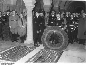 photo of Himmler placing a large wreath on the tomb of the king and queen