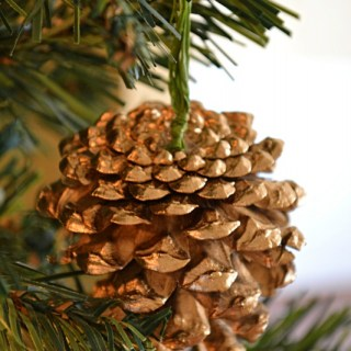 Whats Ur Home Story: DIY Gold Pine Cone Ornament
