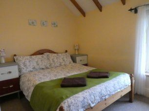 Main bedroom at Otter Cottage, Wheatland Farm Eco Lodges