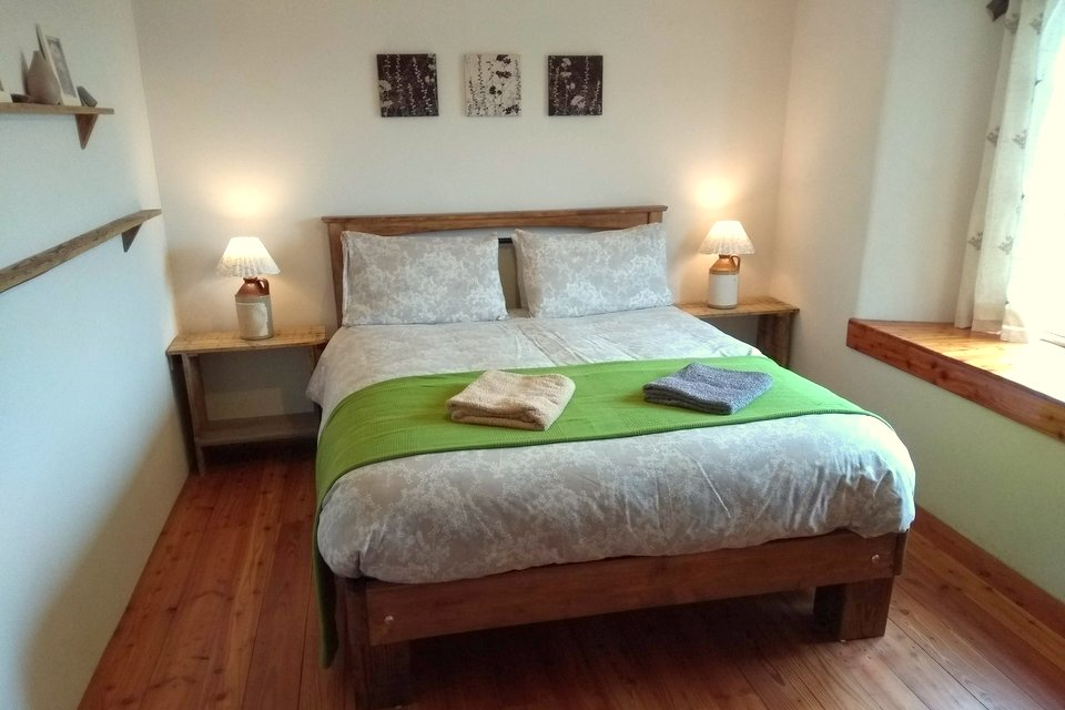 Master bedroom at Balebarn Eco Lodge, Wheatland Farm