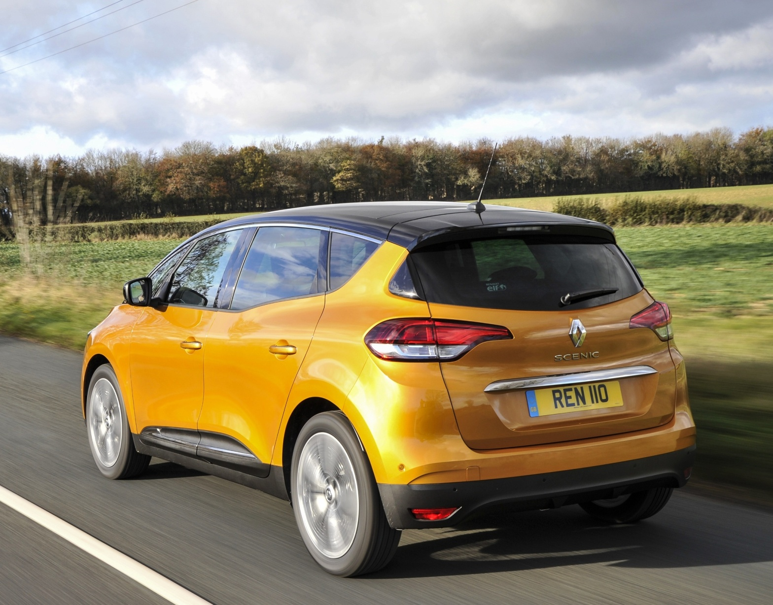 renault-scenic-dci-110-side-rear-action