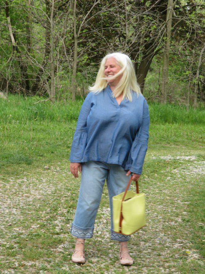 Great Denim Shirt for Apple-Shaped Women! | www.whenthegirlsrule.com