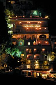 Hotel Posa Posa at night