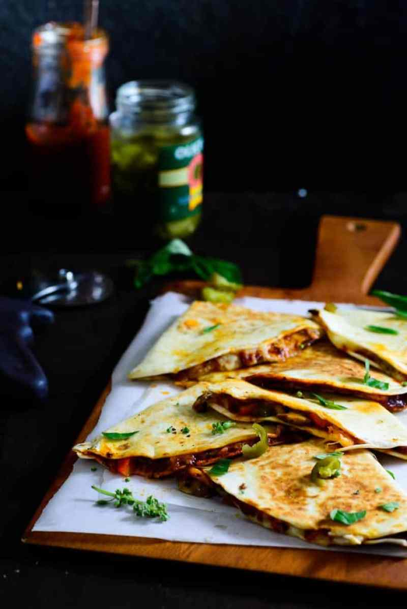 A mix betewen Pizza and quesadilla, this Mushroom and Bell Pepper Pizzadilla is a perfect way to enjoy the best of both of them.
