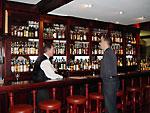 Die Bar, links Barkeeper Mike