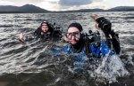 Dr. Bill Sanderson (rechts) und George Stoyle kontrollieren im schottischen Dornoch Firth die Wiederansiedelung europäischer Austern