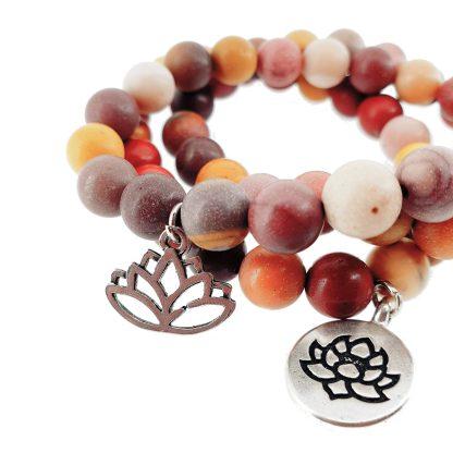 Magnifique Bracelet en Mokaïte 8mm avec charms en acier en forme de lotus. Finition mâte.