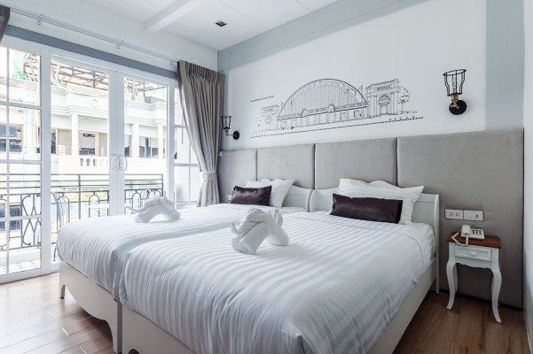 white-ivory-bed-breakfast-bangkok-thailand