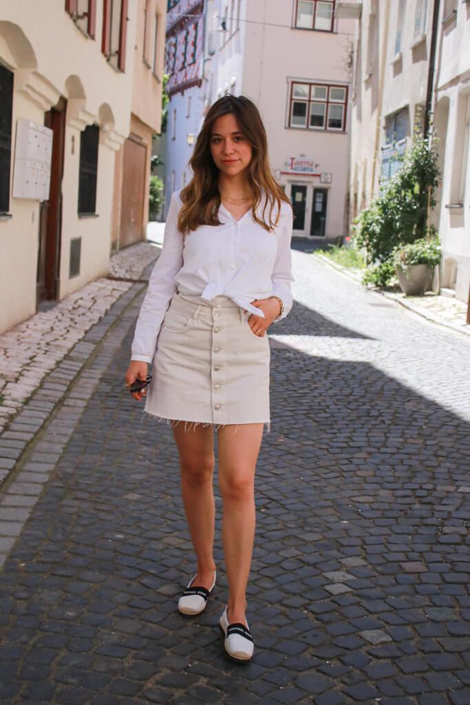 After Work Sommer Outfit – mit Button up Rock, weißem Hemd und MK Espadrilles