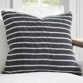 The best farmhouse pillows and how to pick them and style them www.whitepicketfarmhouse.com
