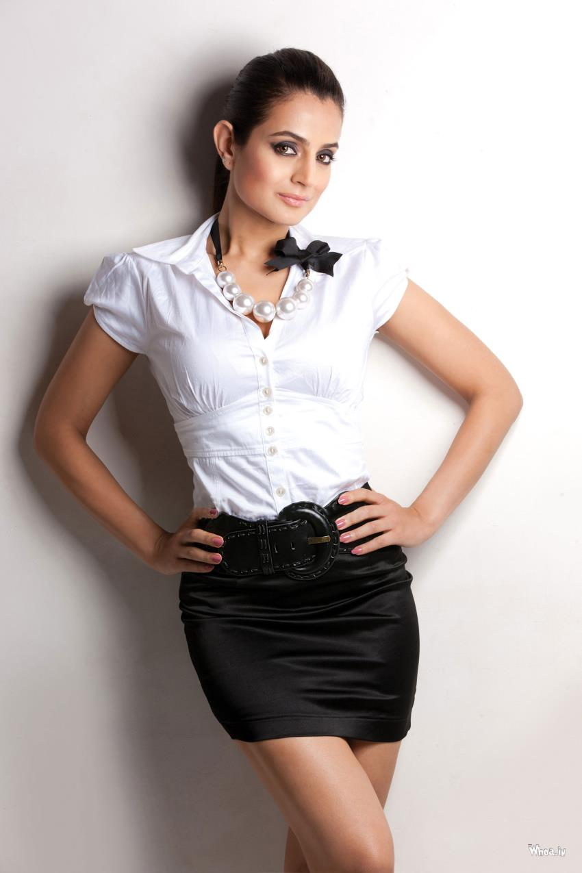 Amisha Patel 3d Wallpaper Amisha Patel In White Top With White Background Wallpaper