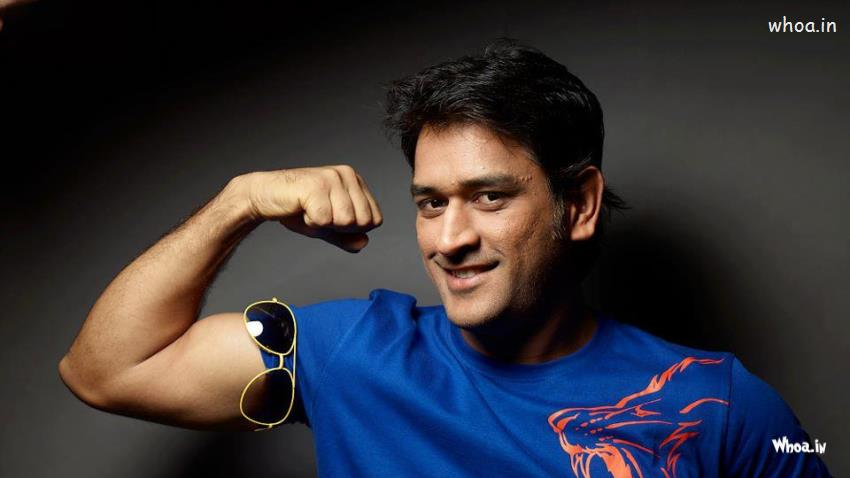 Indian Independence Day 3d Wallpapers Ms Dhoni Show His Arms Body Shapes In Blue T Shirt Wallpaper