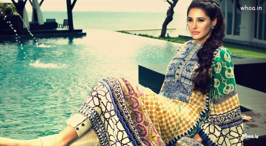 Cute Wallpapers Love Friendship Nargis Fakhri Setting On Swimming Pool Wallpaper