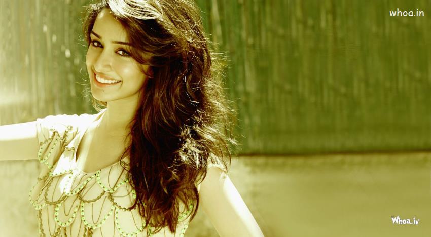 Santa Claus Girl Wallpaper Cute Smiley Face Shraddha Kapoor Hd Bollywood Actress