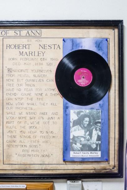 Auf ganz Jamaika sind solche kleinen Gedenkstätten für den Nationalhelden Bob Marley verteilt