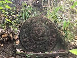 Mitten im Regenwald sind wir auf den Mondkalender der Mayas gestoßen.