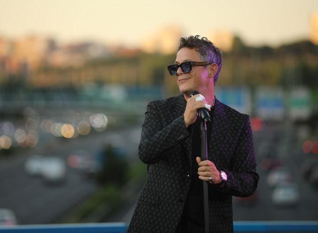 Alejandro Sanz celebra el 'Puente del Corazón Partío' con una actuación sorpresa en Madrid