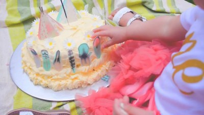 Wickstead's-Customer-Photo-of-our-Edible-Cotton-Candy-Feathers-&-Coral-&-Mint-3D-Teepee's-&-Daisies-on-a-Wild-One-Smash-Cake-UK