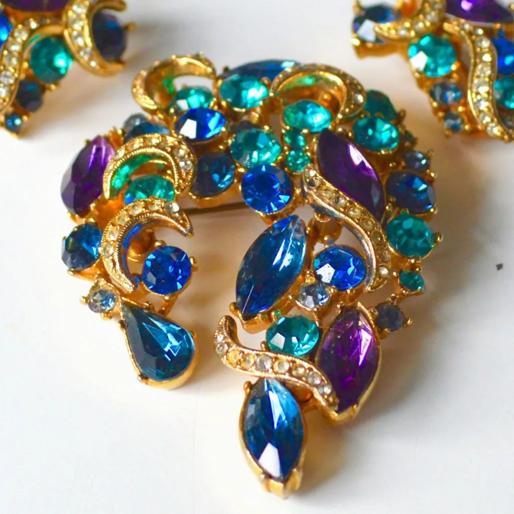 Wickstead's-Jewels-&-Treasures-1950s-SPHINX-Brooch-Peacock-Blues-&-Purples-(2)