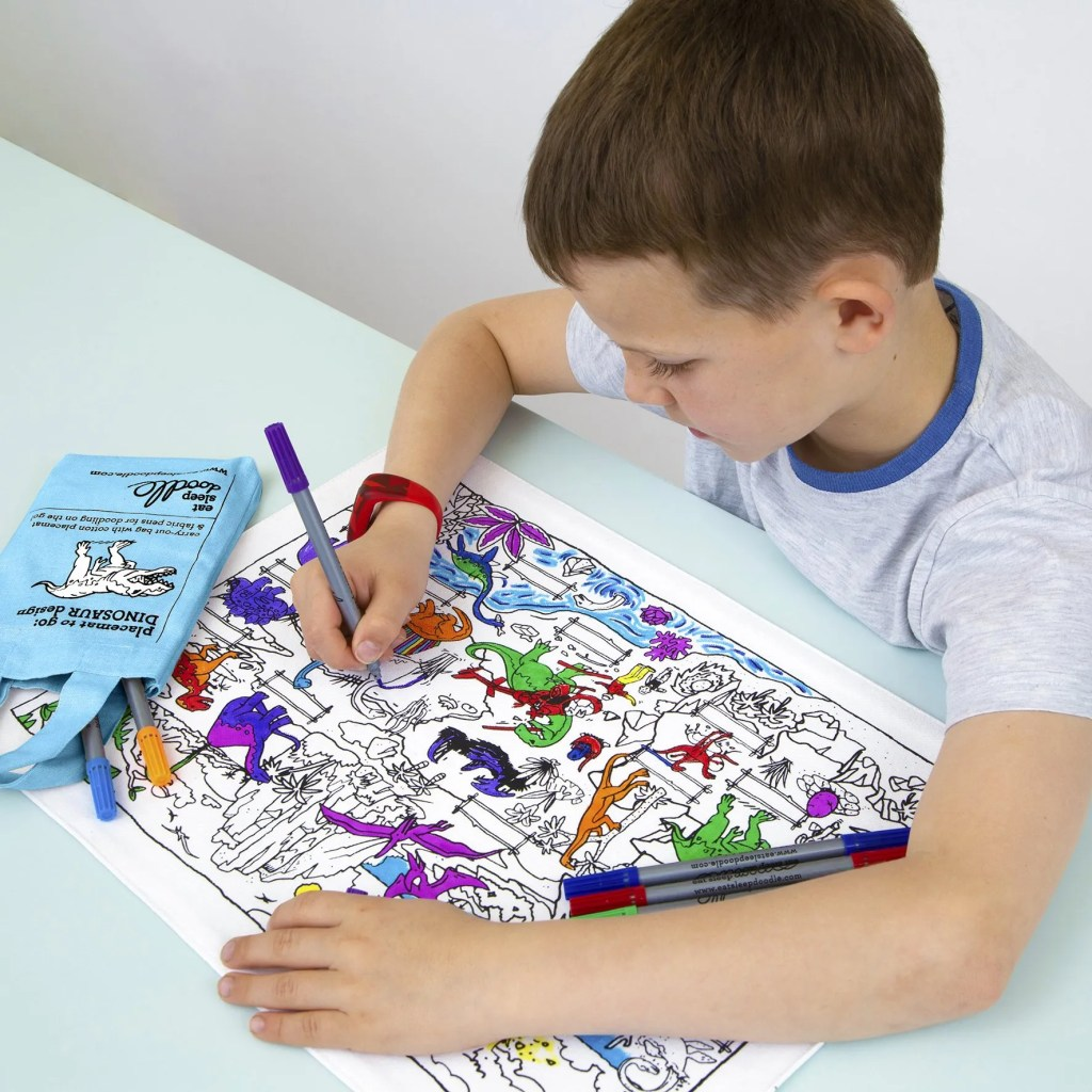 DINPTG colour & learn dinosaur placemat to go – lifestyle 2