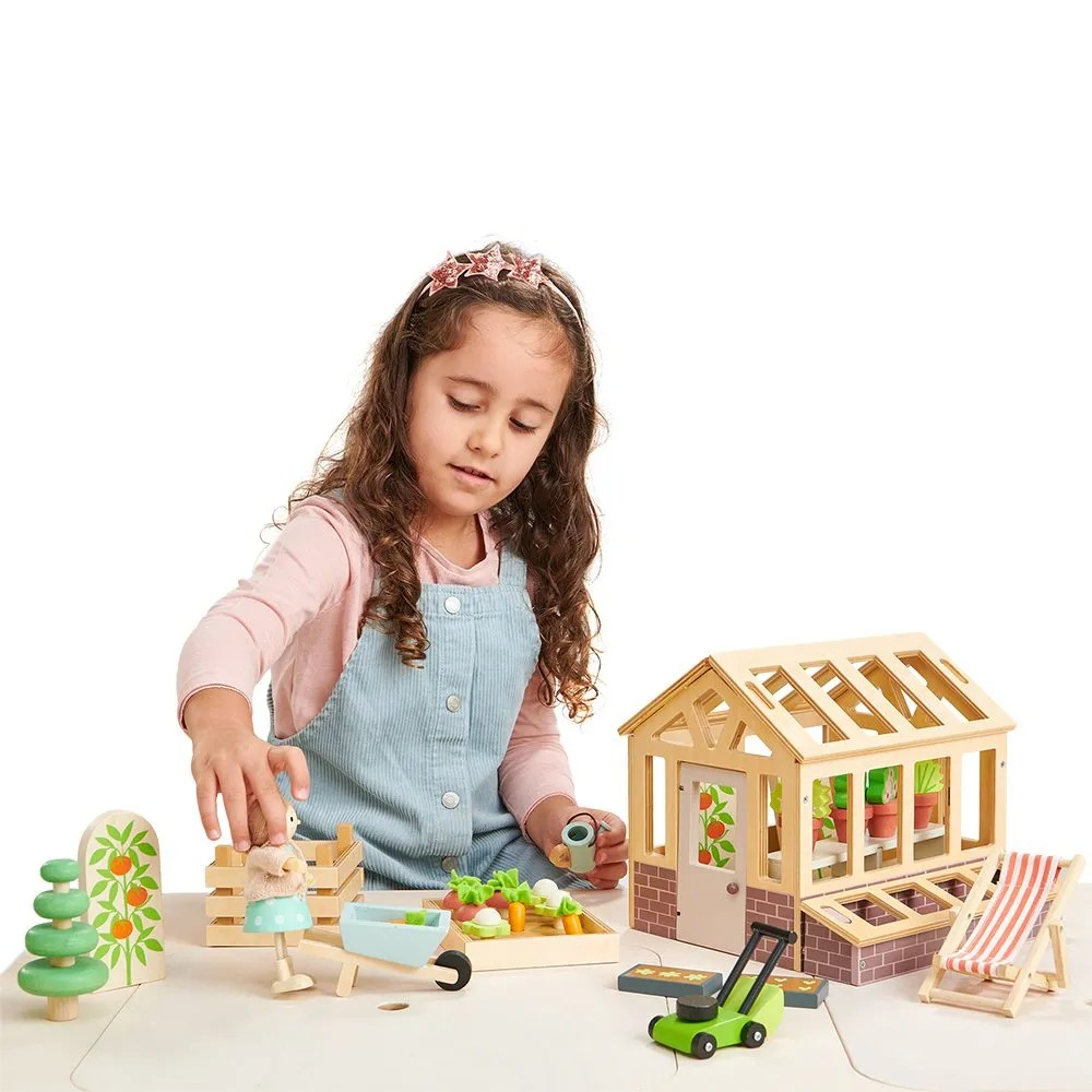 TL8371 greenhouse with girl (1)
