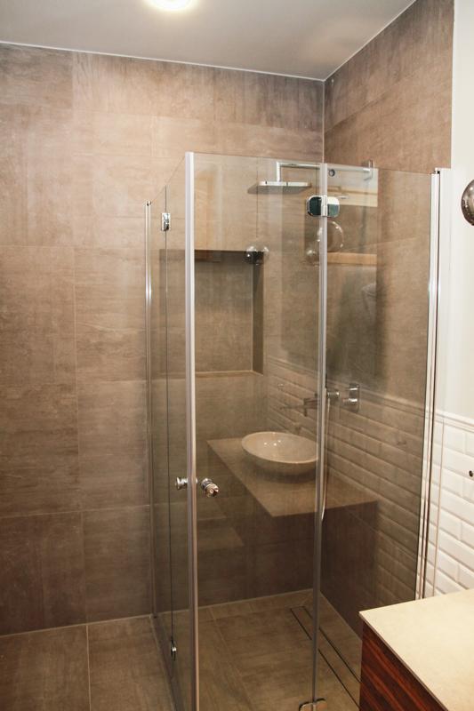 Badezimmer grau holz konzept wieczorek fliesen for Badezimmer beton holz