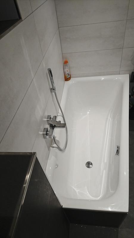 Privates Badezimmer - klassisches Badezimmer mit Badewanne und Dusche