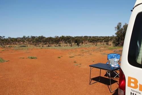 Einsamer Camper auf der Schaffarm