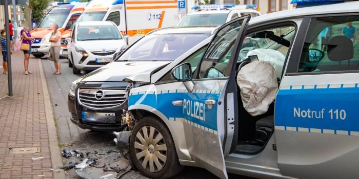 Schwerer Verkehrsunfall mit Streifenwagen in Kelkheim – 5 Personen im Krankenhaus