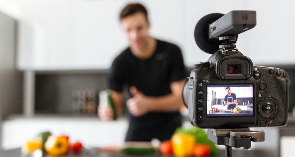 Vlogger mit Kamera