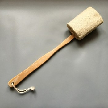 Drevená masážna kefa na chrbát s dlhou rúčkou a prírodnou LUFOU. Lufa je odnímateľná a použiteľná aj samostatne. Rozmer: 40cm x 8cm.
