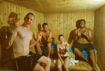 WIKI HOSTEL SAUNA PARTY happy 4 friends