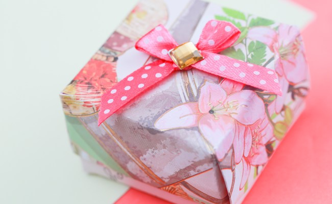 How To Make A Gift Box Out Of A Greeting Card With Pictures