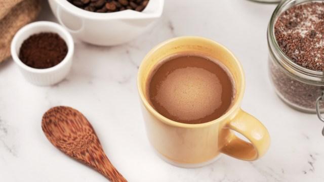 Aus Instantkaffee einen Cappuccino machen