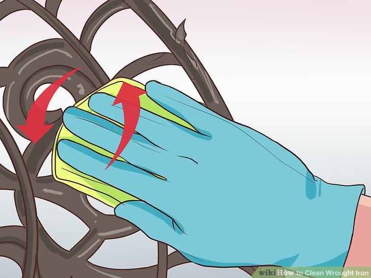 Entfernen Sie Staub und Schmutz mit dem Seifenschwamm.