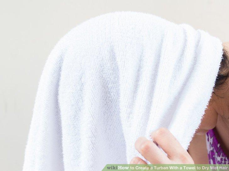 Das Handtuch über die Haare legen.
