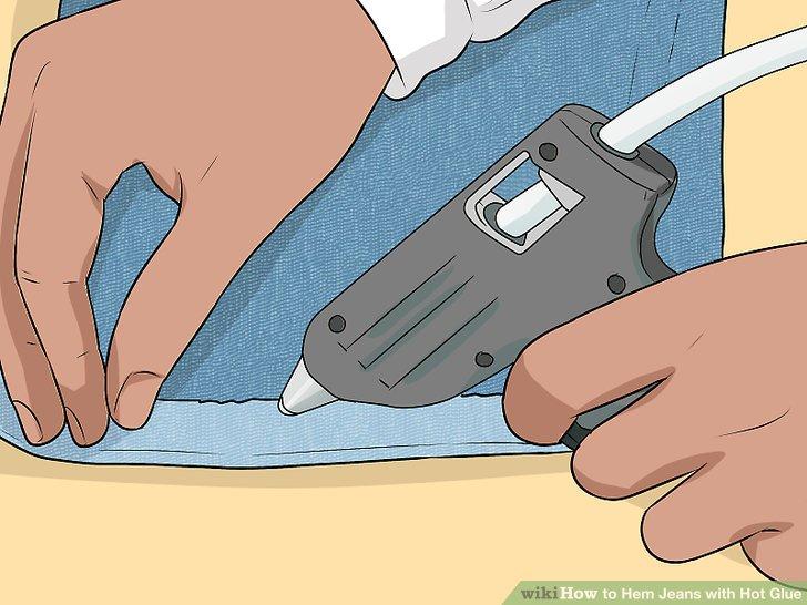 """Befestigen Sie die Manschette mit Klebstoff auf der """"falschen Seite"""" der Jeans."""