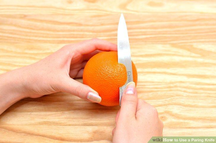 Machen Sie einen kleinen Einschnitt in die Seite der Fruchthaut, schneiden Sie unter der Haut und Mark.