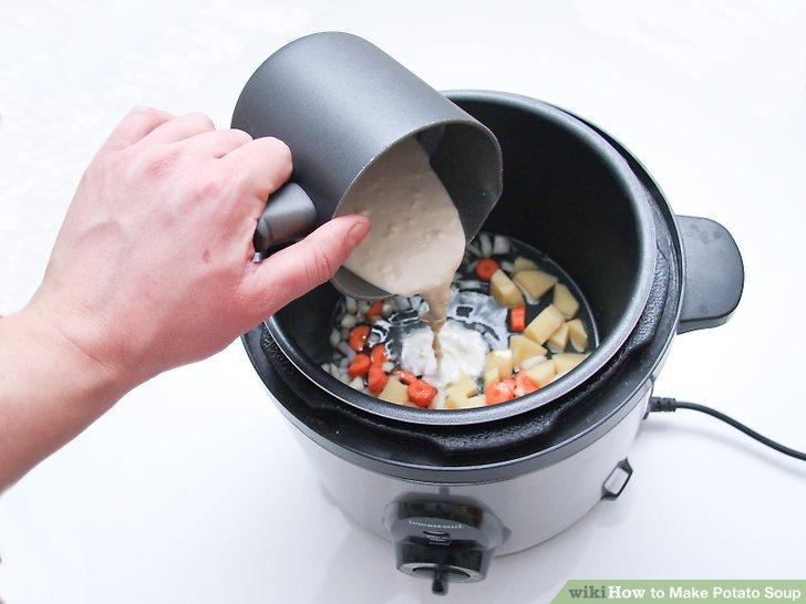 Rühren Sie das Mehl und die Hälfte der Mischung in die Suppe.