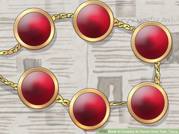Kleben Sie 6 bis 8 Edelsteine auf eine Goldkette.