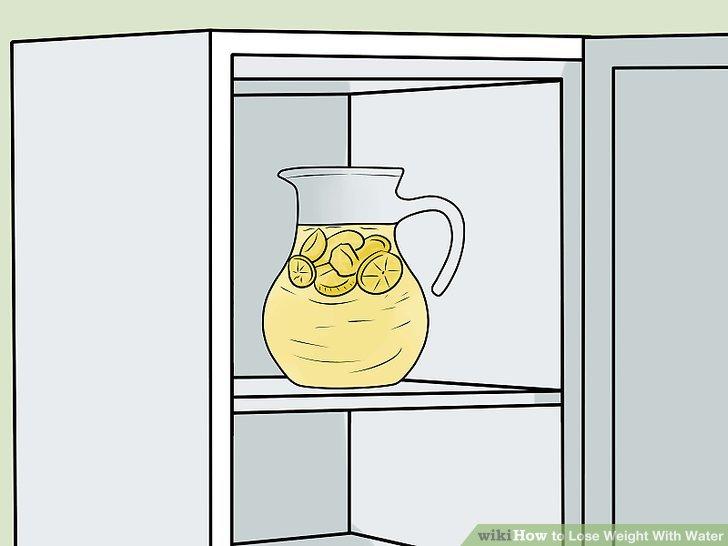 Legen Sie das geschnittene Obst und Gemüse in das Wasser und kühlen Sie es einige Stunden im Kühlschrank.