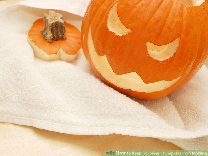 Entfernen Sie den Kürbis aus der Bleichmittellösung und tupfen Sie ihn mit Papiertüchern oder Schwämmen trocken.