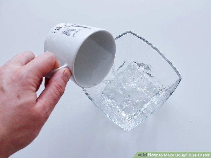 Füllen Sie ein mikrowellenfestes Glas mit 1 Tasse (0,24 Liter) Wasser.